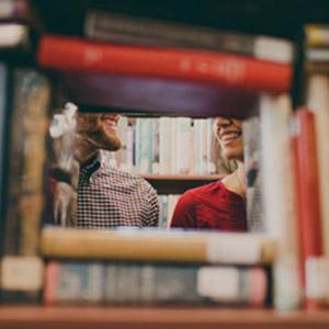pareja en libreria