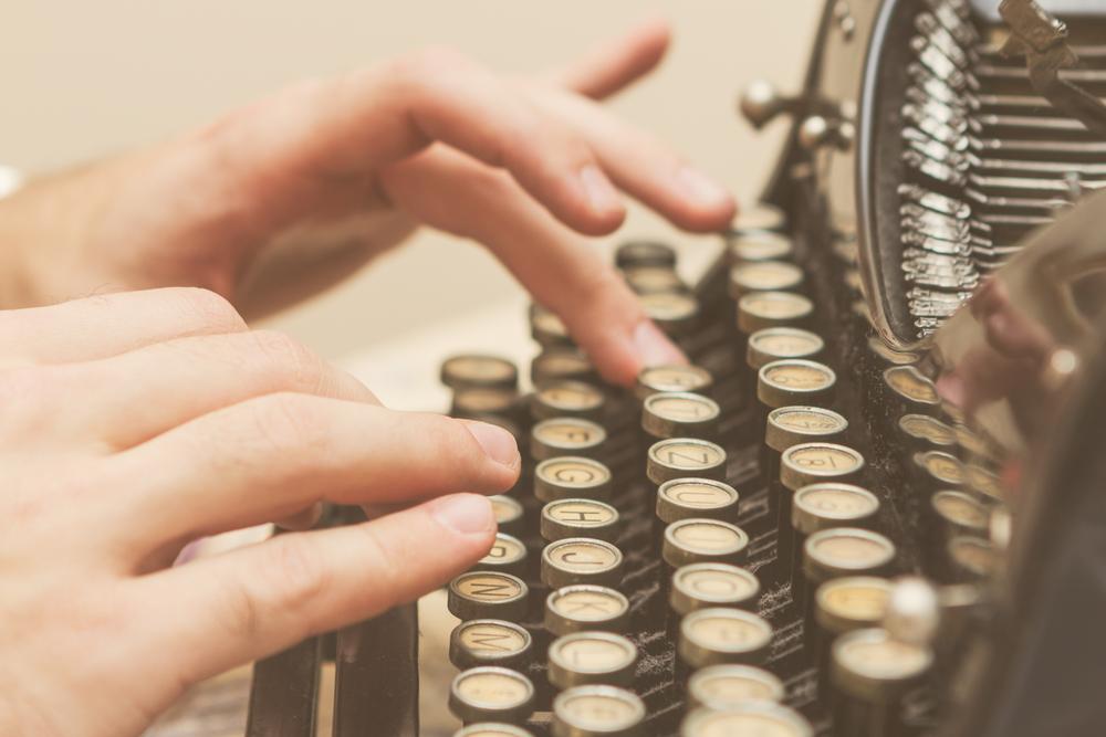 escribiendo reseña en máquina de escribir